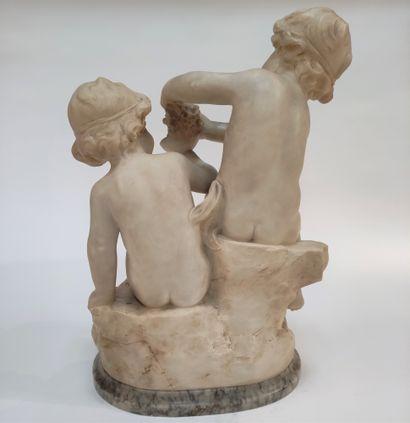 Guglielmo PUGI (1850-1915) Deux amours jouant avec une grappe de raisin. Groupe...