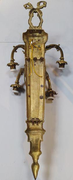 Importante PAIRE D'APPLIQUES en bronze doré et ciselé à cinq bras de lumière mouvementés...
