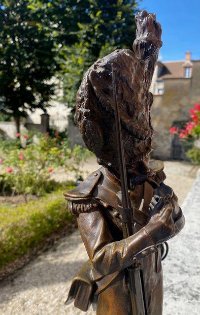 Antoine BOFILL (1875-1953) Grenadier 1810 Bronze à patine brune reposant sur un...