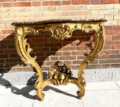 CONSOLE de forme mouvementée en bois doré...
