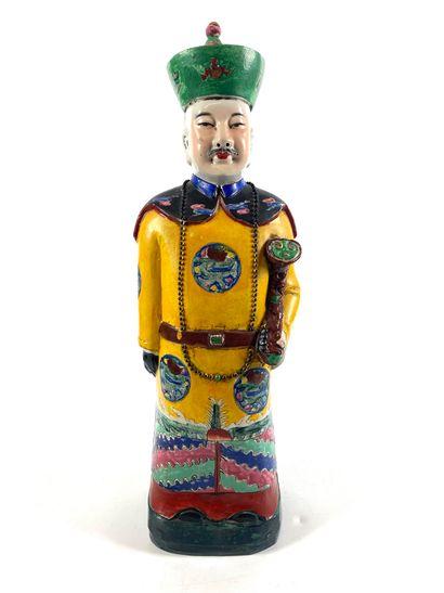 CHINE Statuette en porcelaine polychrome représentant un dignitaire en pied. Fin...
