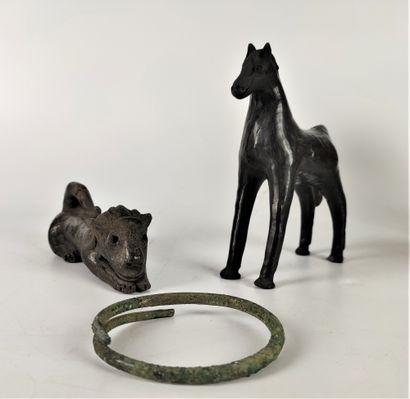 Collection d'OBJETS DE FOUILLES comprenant : - une coupe haute sur peid gris noir...