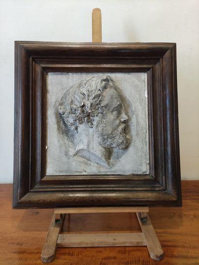 BAS-RELIEF en plâtre à décor d'un artiste...