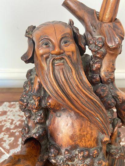 CHINE Groupe en bois sculpté représentant Shoulao. Haut : 38 cm (Accidents et r...