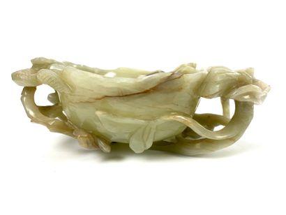 CHINE Objet de lettré (lave-pinceaux) en jade sculpté vert clair représentant une...