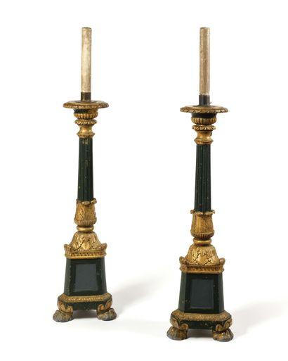 PAIRE DE TORCHERES montées en lampe en bois...