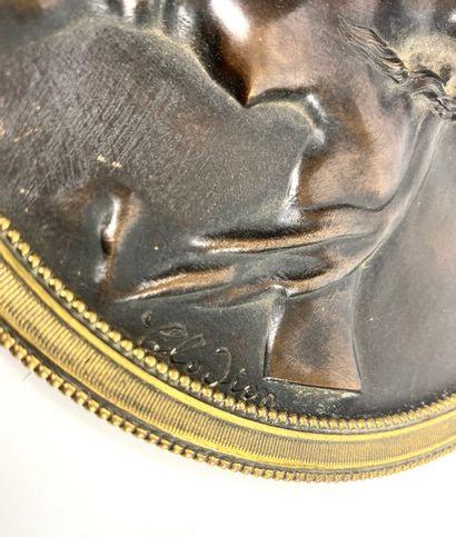 D'après CLODION Paire de médaillons en bronze à patine brune à décor au repoussé...