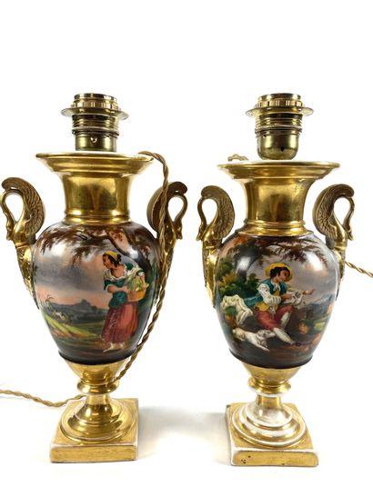PARIS Paire de vases à l'antique décorés de col de cygne monté en lampe, en porcelaine...