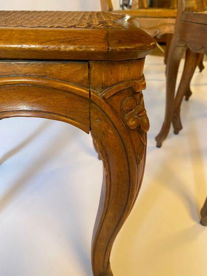 Suite de DIX CHAISES cannées en bois naturel mouluré et sculpté de fleurettes, à...