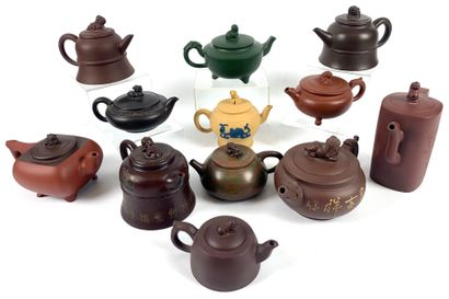 CHINE Collection de 12 théières en grès de...