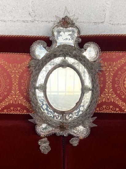 MIROIR VENITIEN de forme ovale en verre gravé...