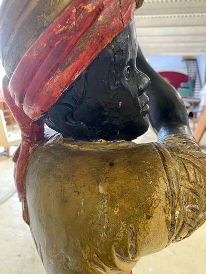 Paire de NUBIENS en bois sculpté et polychromé soutenant des torchères et reposant...