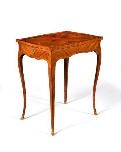 TABLE DE SALON en bois de placage et marqueterie...