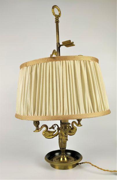 LAMPE BOUILLOTE en bronze doré à trois bras...