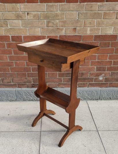 TABLE DE SALON en bois fruitier, elle ouvre...
