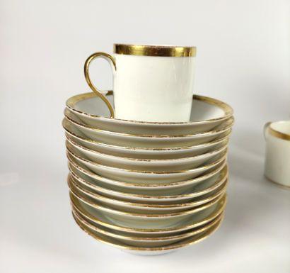 PARIS SERVICE A THE en porcelaine blanche et or comprenant : - Une théière - Un...