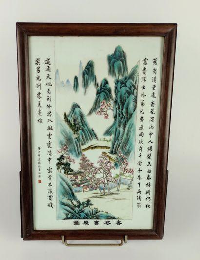 CHINE Plaque en porcelaine à décor polychrome et gravé d'un paysage lacustre. Cachet...