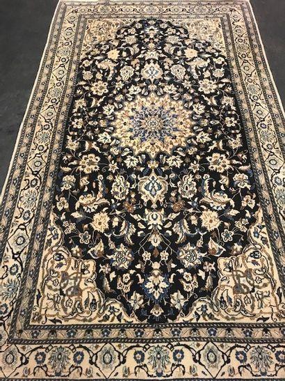 Grand et fin NAIN dans la tradition des tapis...