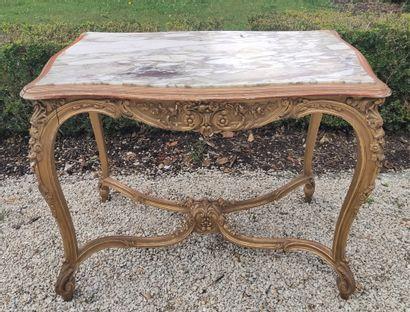 TABLE DE MILIEU en bois doré mouluré et sculpté...