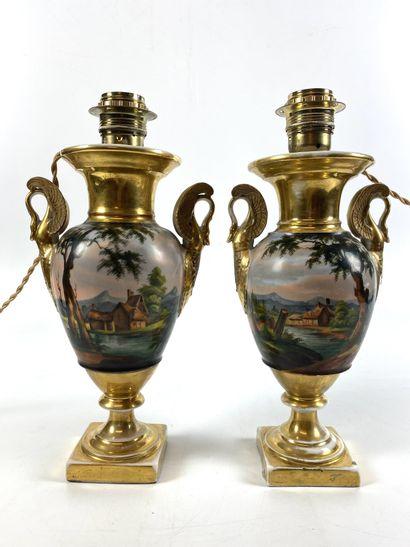 PARIS Paire de vases à l'antique décorés...