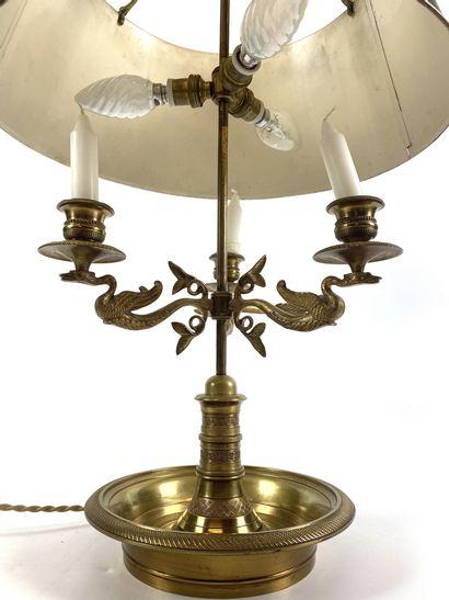 LAMPE BOUILLOTE en laiton doré à trois bras de lumière, décor cols de cygne Style...
