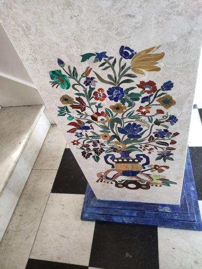 Importante PAIRE DE SELETTES en marbre marqueté de pierres dures, lapis lazuli,...