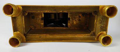 PENDULE en bronze doré et ciselé à décor de Cupidon avec ses attributs. Le cadran...