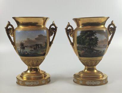 PARIS Paire de vases sur piedouche en porcelaine...