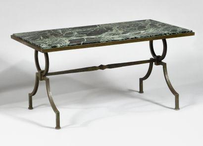 JACQUES ADNET (1900-1984) Pour GILBERT POILLERAT (1902-1988) Table basse à plateau...