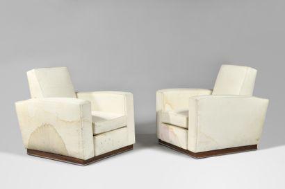TRAVAIL MODERNISTE Paire de fauteuils club cubiques regarnis de tissu blanc sur...