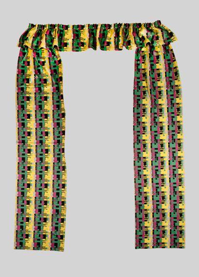 TRAVAIL MODERNISTE Paire de rideaux et leur cantonnière en tissu tissé à décor géométrique...