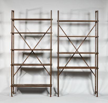 L. CONRAD Deux bibliothèques de style industriel...