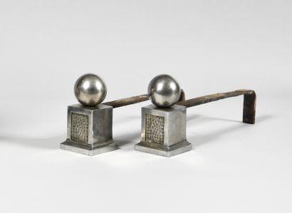 TRAVAIL DANS LE GOUT DES ANNEES 1930 Paire de chenets en fer chromé à décor de globes...