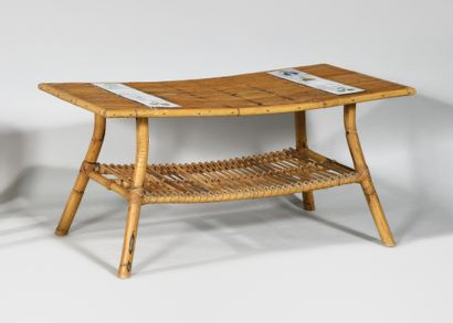ROGER CAPRON (1922-2006) Table basse en rotin...