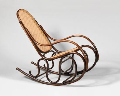 JACOB & JOSEF KOHN (1867-) Rocking-chair en bois courbé et cannage Travail vers...