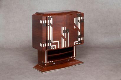 TRAVAIL DE STYLE ART DECO Cabinet bombé en placage de palissandre à décor géométrique...