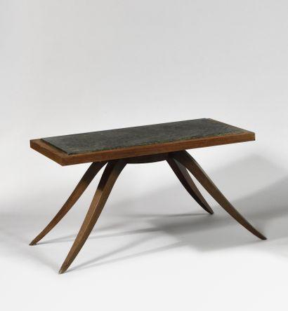TRAVAIL DES ANNEES 1940 Table basse à plateau rectangulaire en granit vert ceinturé...