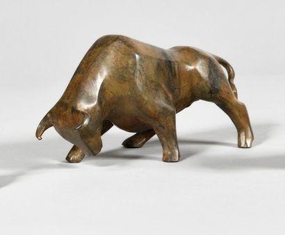 PIERRE CHENET (XXe) Taureau Bronze à patine...