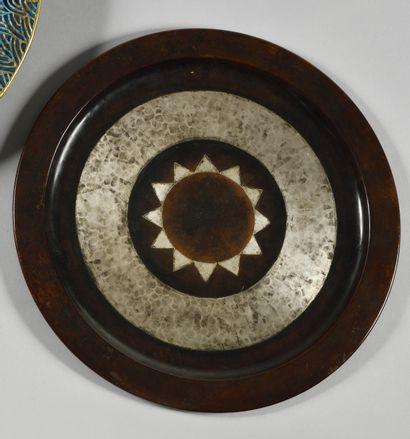 LUC LANEL (1893-1965) CHRISTOFLE orfèvre Plat circulaire en dinanderie à décor géométrique...