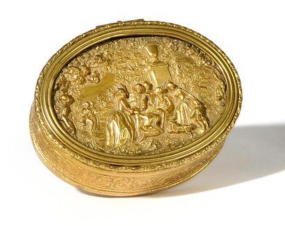 BOITE OVALE en métal doré à décor de frises...