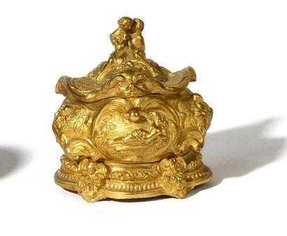BOITE en bronze doré de style rocaille à...