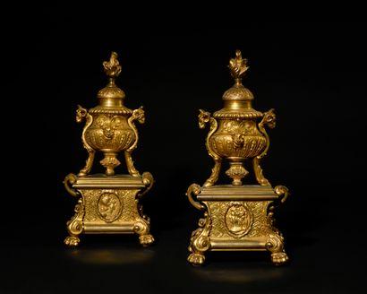 PAIRE DE PETITS CHENETS en bronze doré dans...