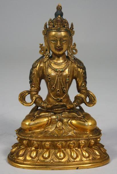 INDE ou THAÏLANDE Belle STATUETTE de Bodhisattva en prière en bronze doré et patiné....