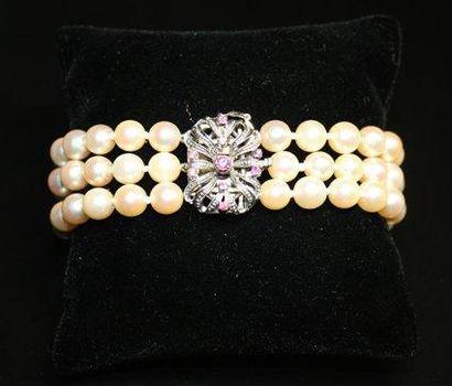 BRACELET composé de trois rangs de perles,...