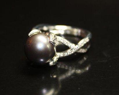BAGUE en or gris ornée d'une perle de Tahiti...