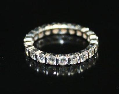 ALLIANCE en or gris pavée de diamants ronds...
