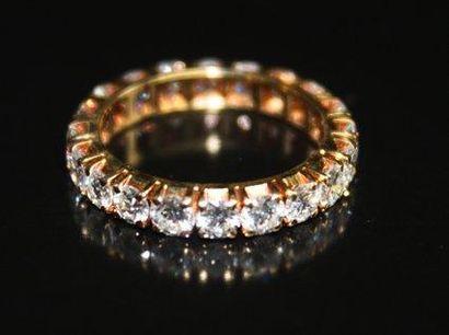 BAGUE alliance en or jaune sertie de diamants...
