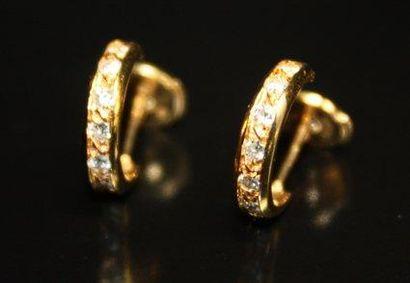 BOUCLES D'OREILLES en or jaune pavée de diamants...