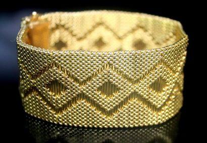 BRACELET manchette en or jaune à motifs géométriques....