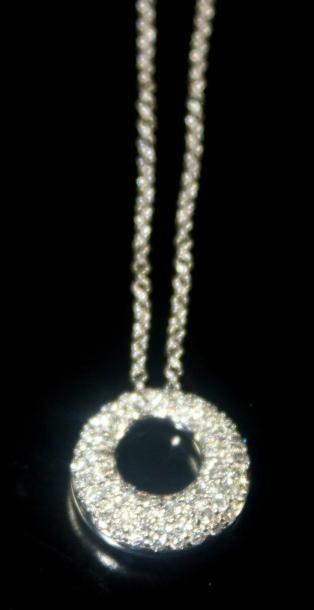 COLLIER en or gris orné d'un pendentif de...